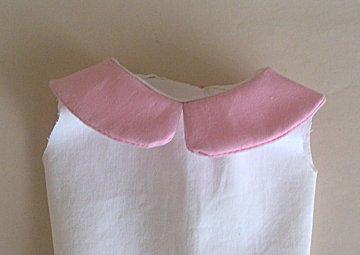 Col rond sur corsage fermé dans le dos