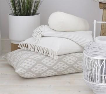 customiser un coussin avec des franges pop couture. Black Bedroom Furniture Sets. Home Design Ideas