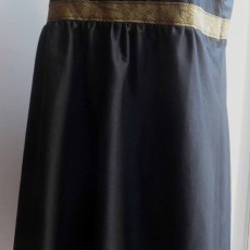 Petite Robe Noire col V taille haute sans manche