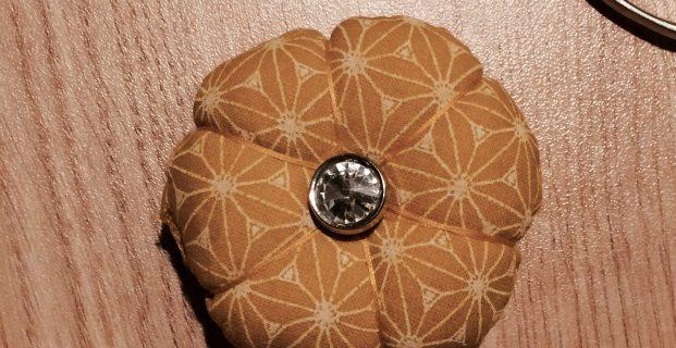 Un coussin à aiguilles en forme de fleur