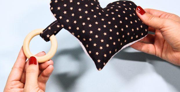 Doudou avec anneau de dentition en bois