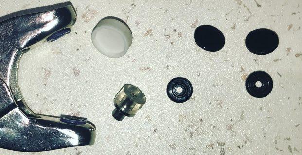 Poser des pressions plastiques avec la pince Vario de Prym