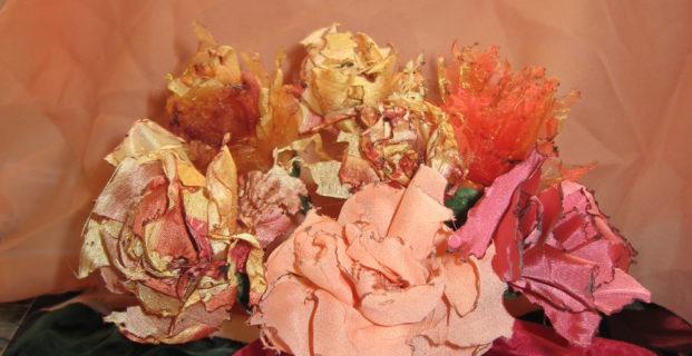 Fleurs en tissu brûlé